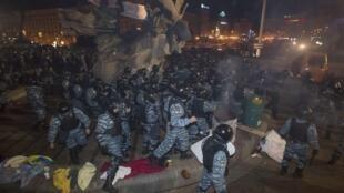 Polícia dispersa manifestantes com violência em praça de Kiev