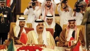O rei do Bahrain, Hamad bin Isa al-Khalifa, (em primeiro plano) durante encontro das Monarquias do Golfo, ao sul da capital Manama.