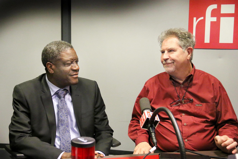 Le Dr Mukwege et Thierry Michel dans le studio de RFI.