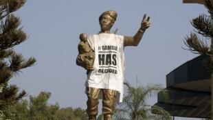 Habillée d'un tee-shirt «Gambia has decided» par les Gambiens après le départ de Yahya Jammeh, la statue du «soldat inconnu», symbole de la dictature, a finalement été retirée.