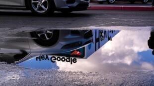Les rêves technologiques, à en voir la lune Google dans une flaque d'eau.