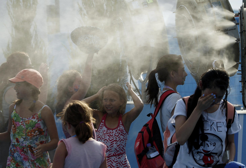 Crianças tentam se refrescar no segundo dia do Aberto da Austrália.