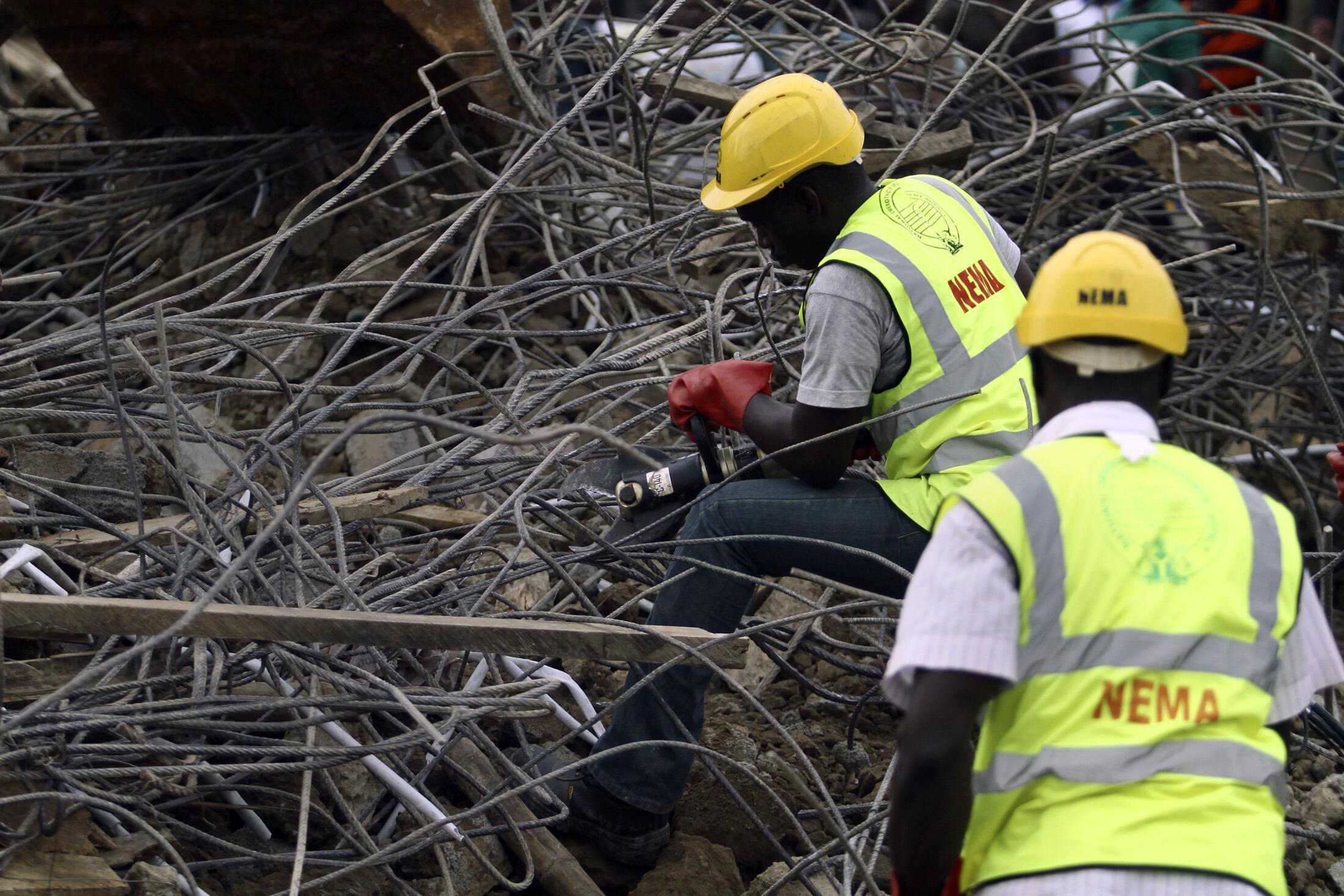 Les équipes de secours fouillent les décombres de l'immeuble des Nations unies à Abjua, vendredi 26 août 2011. L'attentat a fait au moins 18 morts.