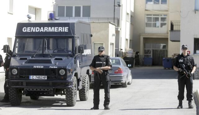 Policiais em frente à gráfica na cidade de Kostinbrod, perto de Sofia, onde foram encontradas as cédulas falsas.