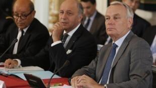 O ministro da Defesa, Jean-Yves Le Drian (à esq.), com o ministro das Relações Exteriores, Laurent Fabius (centro), e o primeiro-ministro Jean-Marc Ayrault em reunião sobre a Síria.
