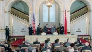 Lãnh đạo Mỹ-Liên Xô phê chuẩn hiệp định vũ khí hạt nhân tầm trung (INF), tại điện Kremlin, 01/06/1988.