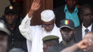 L'ancien dictateur tchadien Hissène Habré, escorté par des militaires après avoir été entendu par un juge, le 2 juillet 2013 à Dakar.