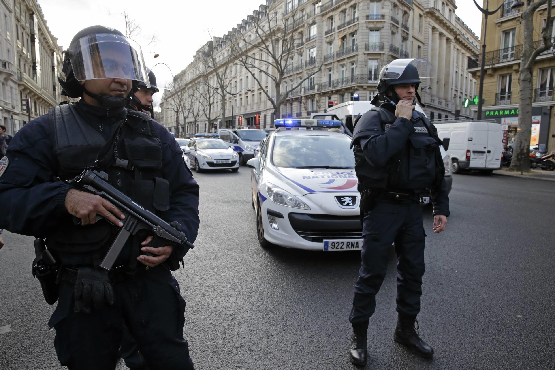 Policiais nas ruas de Paris em 09/01.