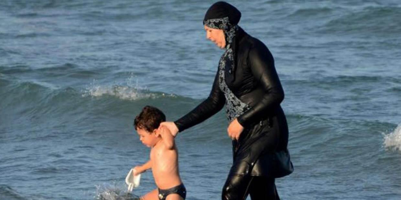 Mulher em burkini no sul da França.