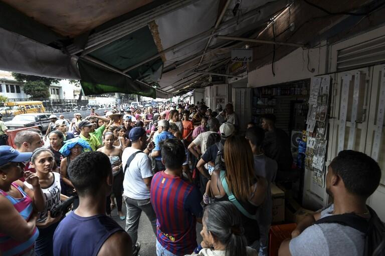 Cảnh người dân ở Petare, ngoại ô Caracas, xếp hàng mua thực phẩm trong lúc thành phố mất điện. Ảnh chụp ngày 10/03/2019.