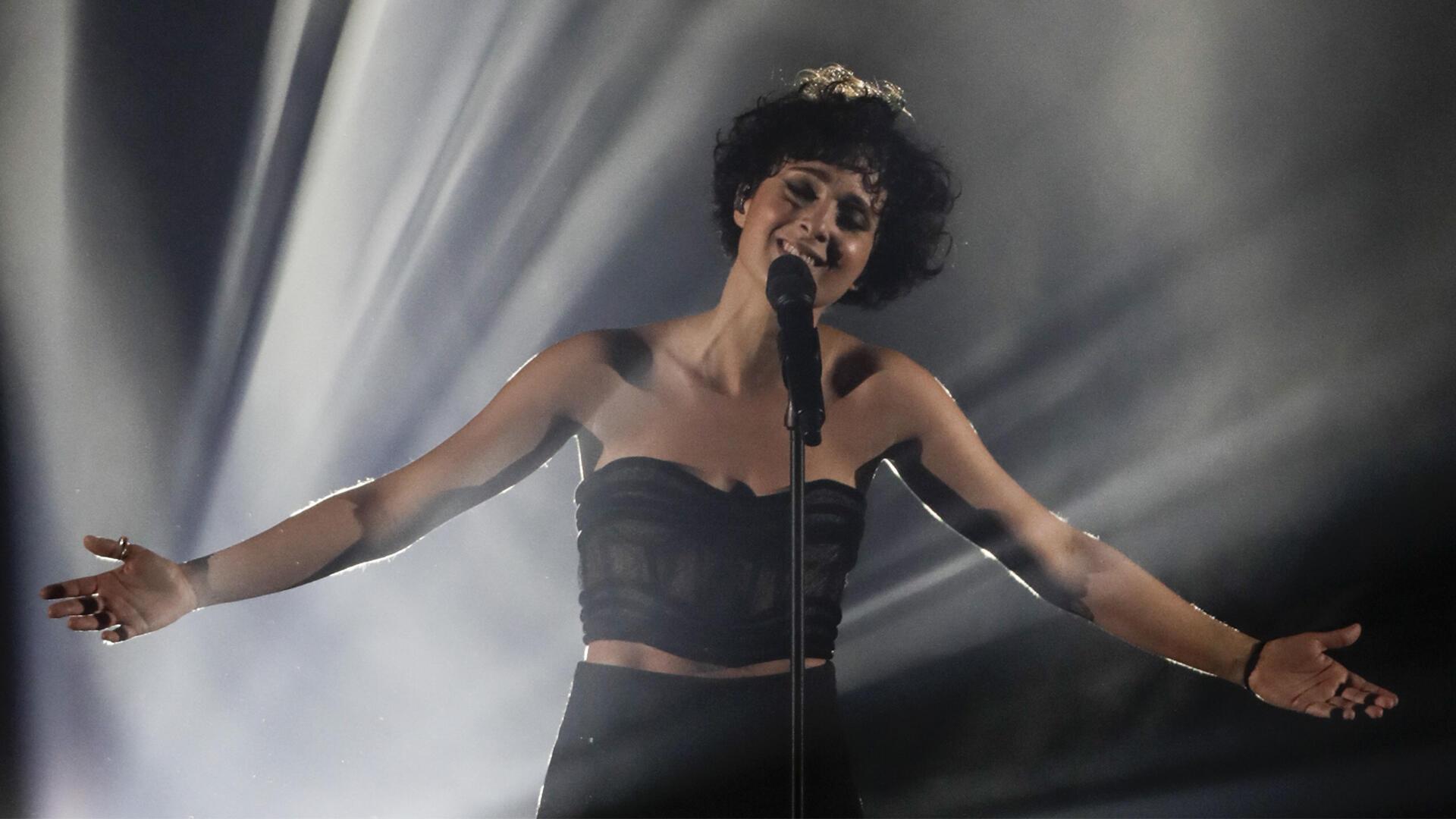 باربارا پراوی، در حال اجراء ترانه «وآلا» در مراسم نهائی مسابقه یوروویژن ۲۰۲۱