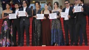 Equipe do filme Aquarius faz protesto contra impeachment no tapete vermelho de Cannes, nesta terça-feira 17 de maio de 2016.