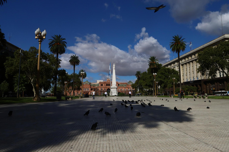 Pessoas caminham na Praça de Maio, no centro da capital argentina.