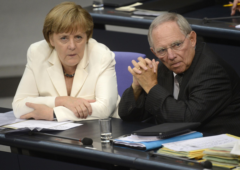 La canciller Angela Merkel y el ministros de Economía alemán Wolfgang Schaeuble en Berlín, el 29/06/2012