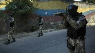 Foto de ilustración: Miembros de las Fuerzas de Acciones Especiales de la Policía Nacional (FAES), patrullan el barrio Antimano de Caracas, Venezuela, el martes 29 de enero de 2019.