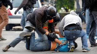 Polícia prende manifestante durante protesto em Nantes, no oeste da França.