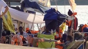 Мигранты в порту Лампедузы, 6 июля 2019.