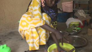 L'hisoire d'Ouly Diop, ici dans sa maison à Kaolack, a ému des Sénégalais du monde entier.