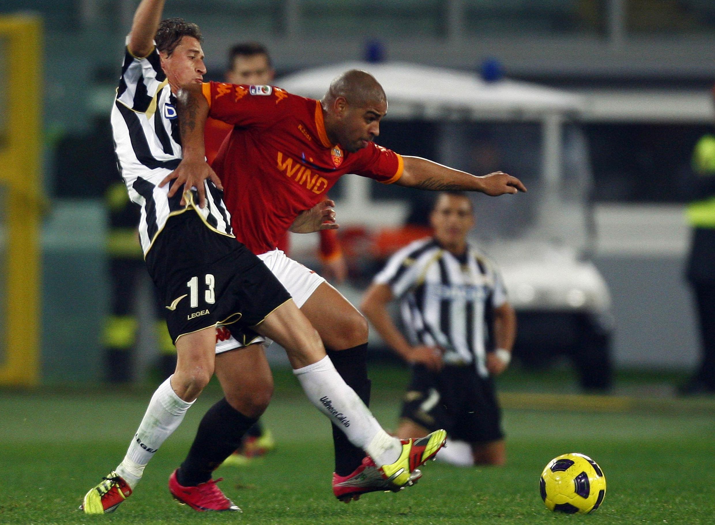 Adriano do AS Roma da Itália( camisa vermelha) e o jogador Andrea Coda da Udinese.
