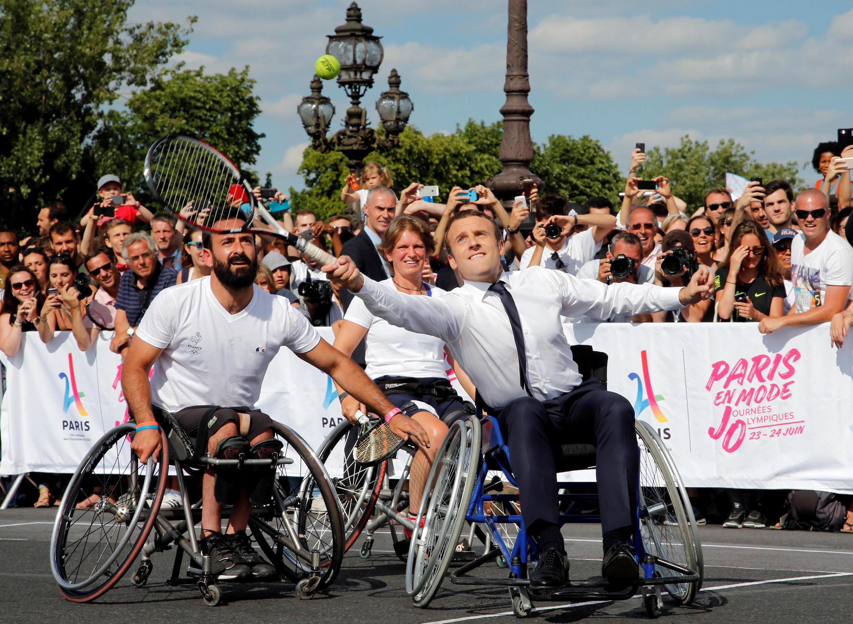 O presidente francês, Emmanuel Macron, participou das Jornadas Olímpicas jogando tênis. 24/07/17