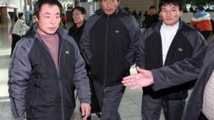三名被获释的中国渔民2010年12月25日在韩国机场准备启程回国。