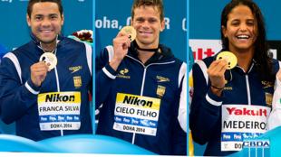 Felipe França (à esq.), Cesar Cielo e Etiene Medeiros, exibem suas medalhas conquistadas no Mundial de Piscina Curta, em Doha.