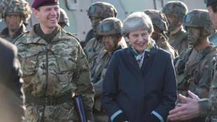 ترزا می در دیدار از پایگاه نظامی ناتو در تاپا - استونی