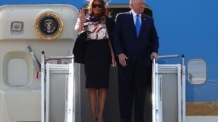 Le président des États-Unis, Donald Trump, et la Première Dame, Melania Trump, arrivent pour leur visite d'État en Grande-Bretagne, à l'aéroport de Stansted, près de Londres, le 3 juin 2019.
