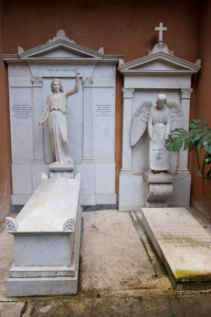 Os túmulos de duas princesas mortas no século XIX, abertos nesta quinta-feira na esperança de encontrar os restos de uma adolescente desaparecida misteriosamente em Roma há 36 anos.