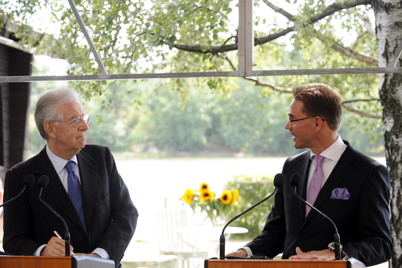 O premiê italiano Mario Monti (e) e seu colega finlandês,  Jyrki Katainen (d), durante coletiva de imprensa desta quarta-feira.