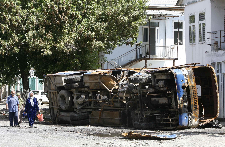 Узбеки в одном из пострадавших районов Оша.