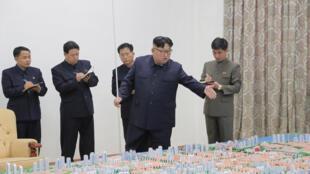 Lãnh đạo Bắc Triều Tiên, Kim Jong Un tại căn cứ quân sự Sinuiju City. Ảnh do KCNA cung cấp ngày 16/11/2018.