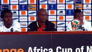 Kwesi Appiah, le sélectionneur du Ghana, entouré de Derak Boateng (à g.) et Asamoah Gyan (d.).