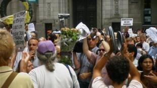 Cacerolazo y marcha de protesta de ahorristas argentinos en Buenos Aires, febrero de 2002.
