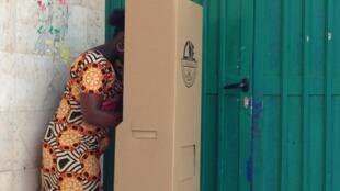 Eleitora no dia das legislativas guineenses do 10 de Março 2019.