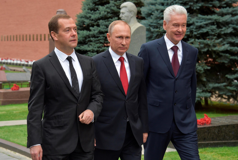Thủ tướng D.Medvedev (T), tổng thống V. Putin (G) và đô trưởng Matxcơva S. Sobyanin, tại quảng trường Đỏ, ngày 13/09/2016.