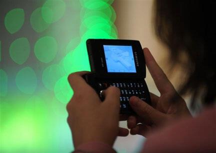 Le volume de SMS échangés pour la nouvelle année 2012 devrait dépasser d'ici dimanche 1er janvier à minuit le cap du milliard en France.