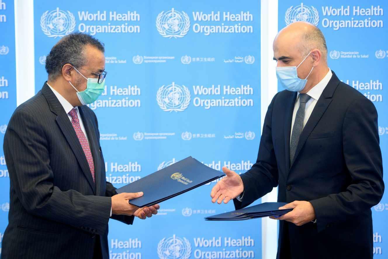 تدروس ادهانوم، مدیر کل سازمان بهداشت جهانی، و الن برست، وزیر بهداشت سوئیس، در حاشیۀ هفتاد و چهارمین مجمع جهانی سلامتی توافق ایجاد اندوختگاه جهانی عوامل بیماری زا را امضاء کردند ـ ٢٤ مه ٢٠٢١