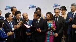 Le président français Emmanuel Macron entourés des représentants de pays du pourtour méditerranéen, le 24 juin 2019 à Marseille.