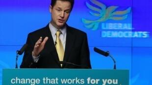 El líder del Partido Liberal, Nick Clegg, presentando su programa en Londres, 14 de abril de 2010.