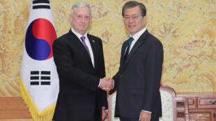 文在寅(右)蒂勒森(左)2017年10月27日首尔