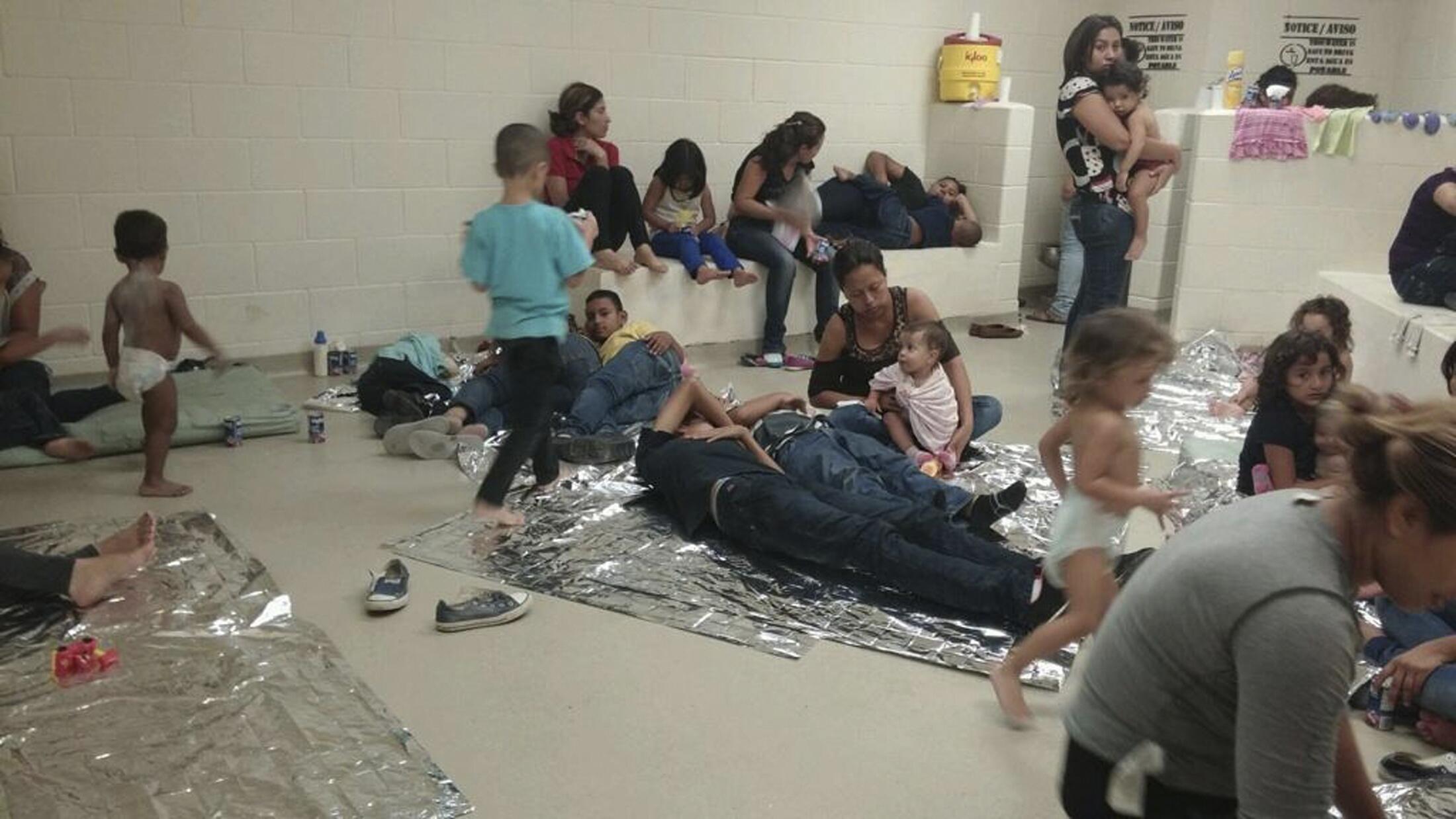 En 2014, miles de niños inmigrantes ilegales y oriundos de Centroamérica llegaron al sur de Estados Unidos causando el colapso de numerosos centros de detención. Aquí en un servicio de salud en Texas, el pasado 12 de junio del 2014.
