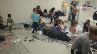 Niños inmigrantes en un servicio de salud en el sur de Texas, el pasado 12 de junio del 2014.