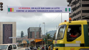 Dans les rues de Yaoundé au Cameroun, des banderoles saluent l'arrivée du président du Nigeria, Muhammadu Buhari, le 29 juillet 2015.