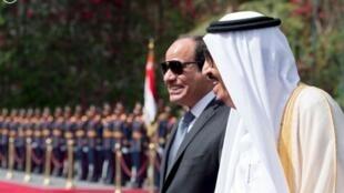 Rais wa Misri Abdel Fattah al-Sissi (kushoto) pamoja na Mfalme Salman wa Saudi Arabia, Aprili 7, 2016 Cairo, Misri.