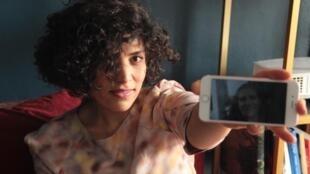 Samaneh montrant la photo de sa mère Mehrangiz.