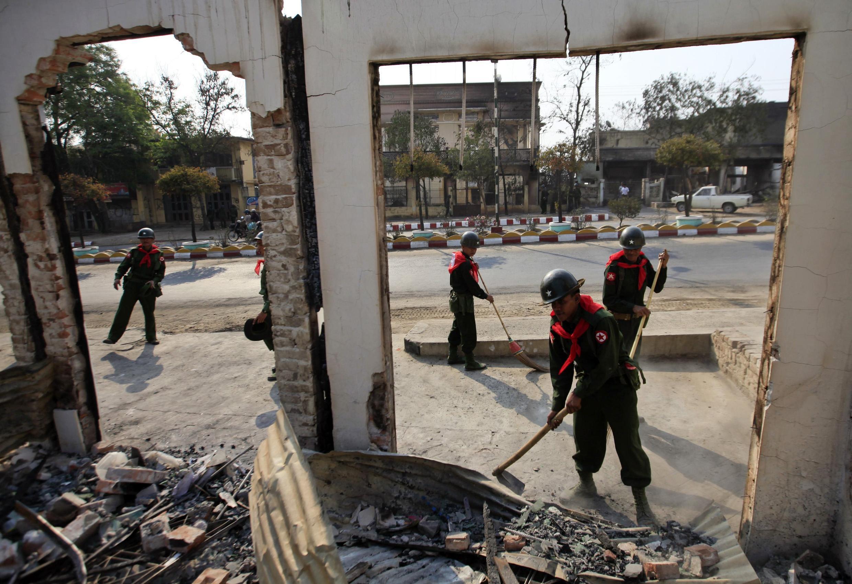 Binh lính dọn dẹp đống đổ nát sau bạo động, Meikhtila, 24/03/2013.
