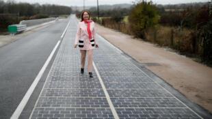 La ministre de l'Environnement Ségolène Royal a inauguré des panneaux photovoltaïques installés sur le goudron d'une route départementale dans l'Orne, le 22 décembre 2016.