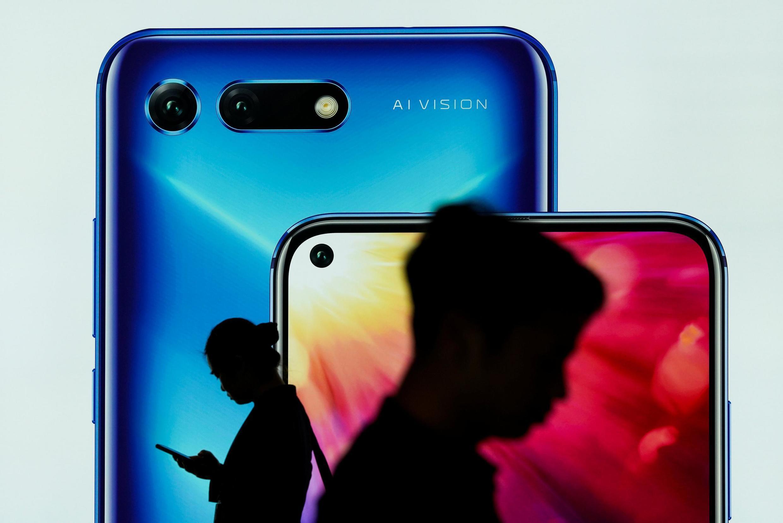 «Les polyimides fluorés, les photorésines et le fluorure d'hydrogène, sont nécessaires à la fabrication d'écrans de smartphones» (illustration).
