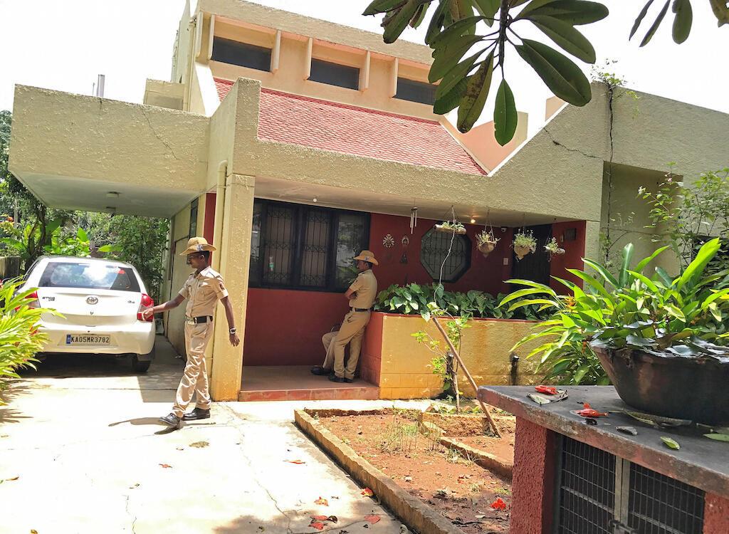 Polisi wa India wakiweka ulinzi nje ya nyumba ya mwanahabari Gauri Lankesh aliyeuawa usiku wa kuamkia leo. September 6, 2017
